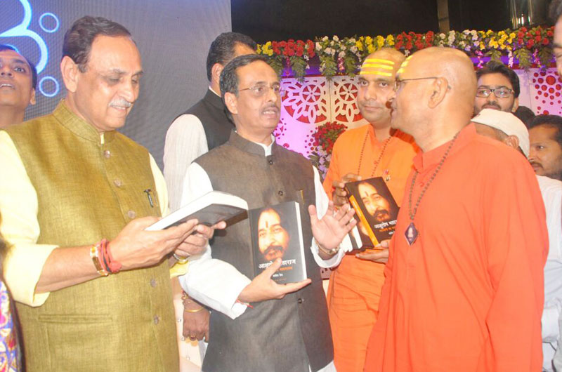 DJJS Presented its Literature to C.M. of Gujarat and Baba Saheb Purandare