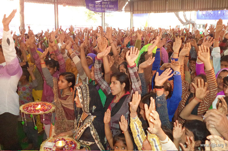 Shri Ram Katha held in Agra, UP Blossomed Hearts of Devotees with Love for God